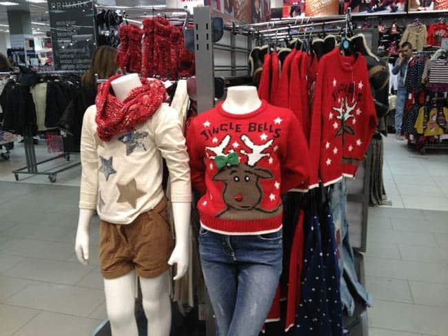 jerseys de navidad en estante