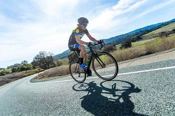 ciclista subiendo una cuesta