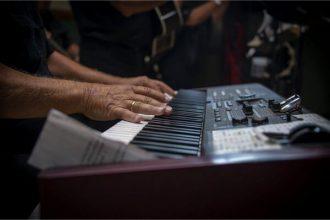 persona tocando piano kawai