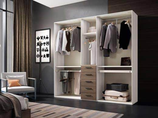 armario de dormitorio donde se ve la ropa colgada en perchas