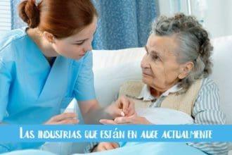 enfermera-dandole-una-pastilla-a-una-anciana