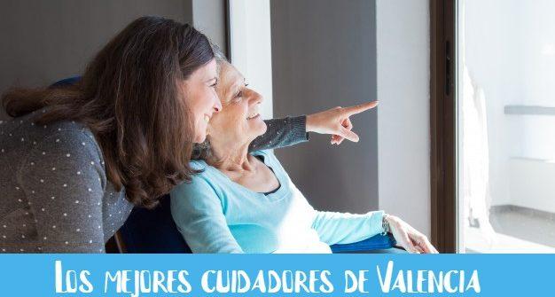 persona-cuidando-de-anciana-y-mirando-por-la-ventana