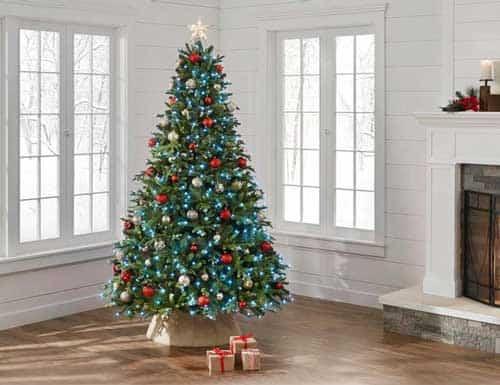 arbol de navidad decorado en la habitacion